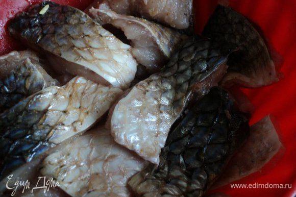 Рыбу почистить, разделать на филе со шкуркой и порезать на порционные кусочки. Посыпать солью и приправой для рыбы, дать постоять 10-15 мин.