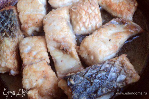 Кусочки рыбы обвалять в муке и поджарить на сковороде в растительном масле.