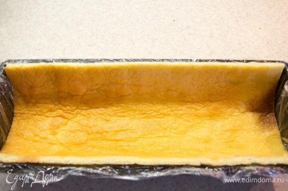 Теперь формируем наше полено. Для этого форму нужно застелить пищевой пленкой, чтоб потом без труда вытащить полено из формы. Поливаем наш корж сиропом, чтоб он стал мягким и податливым для работы. Вырезаем из коржа прямоугольник равный размеру формы без дна и укладываем его в форму. Из оставшейся части вырезаем прямоугольник равный дну полена. Обрезки оставляем они пойдут в средний слой.