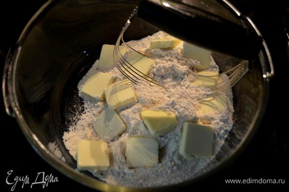 Затем добавим муку, мускат.орех. Перемешать. Добавить слив.масло порезанное на кусочки и порубить вместе с мукой ножом или вилкой или спец. ножом блендером. До состояния крошки. Отложим 1/2 стак.крошки.