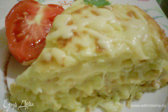 Последний блинчик просто посыпаем тертым сыром и украшаем, как вам подскажет фантазия. Торт одинаково вкусный и в теплом и в холодном виде. Режется лучше холодным. Очень вкусно с помидорами. Ну вот и все! Угощайтесь!