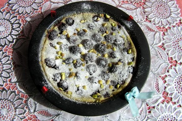 Клафути украсить ягодами, посыпать сахарной пудрой и рубленными фисташками. Подавать теплым.