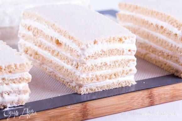 Сушить в духовке 90 °C. Спустя 4—5 ч пласт разрезать на 2 куска. Один кусок смазать отложенным пюре и накрыть сверху вторым куском. Еще подсушивать 1—2 ч, перевернуть и окончательно досушить в течение 1 часа. Достать пастилу, остудить. Втереть в ее поверхность сахарную пудру и разрезать на квадраты.