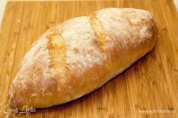 Нагреваем духовку до 250 градусов (если ваша духовка выдаем меньше, то до вашего максимума). Ставим наш подошедший хлеб в духовку и прыскаем несколько раз из распылителя воду в духовку. Ришар говорит, что это помогает сымитировать каменную печь. Выпекаем хлеб 10-12 минут. Тогда хлеб получается с очень-очень тоненькой золотистой корочкой.