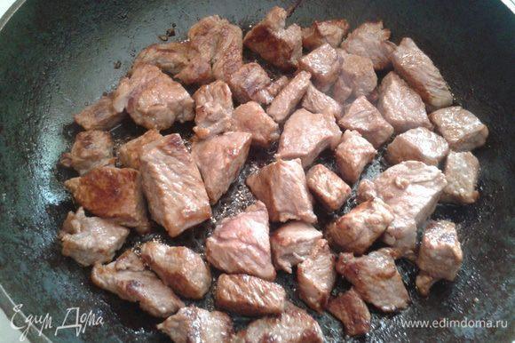 Мясо порезать на кусочки и обжарить