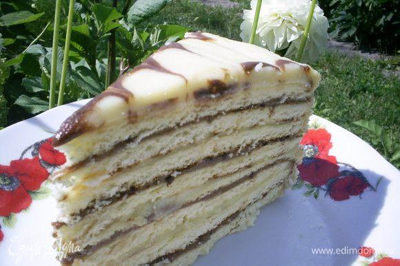 Даем торту настояться пару часов или отправляем на ночь в холодильник. И можно наслаждаться результатом проделаной работы и потрясающим вкусом торта. Угощайтесь!