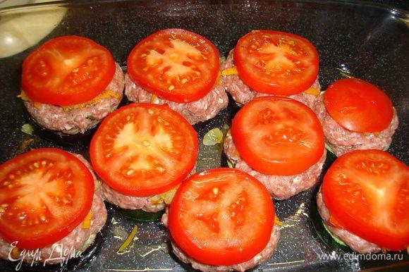 Прикрыть колечком помидора.