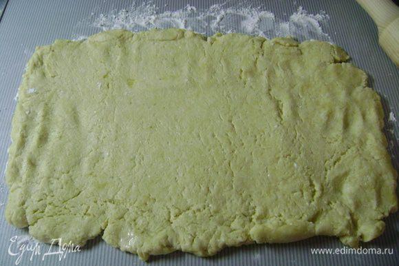 Достать тесто из морозилки, раскатать его на присыпанной мукой рабочей поверхности в прямоугольник 20*30 см (руками убрать неровные края).