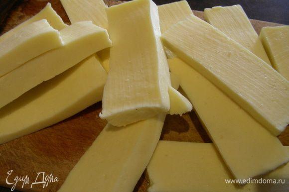 Для заправки смешиваем церду и сок лимона, оставшуюся петрушку и 2 ст.л. оливкового масла. Сыр нарезаем брусочками средней толщины и обжариваем на гриле, как в оригинале, можно на сковороде или запечь в духовке. У меня был сыр панир, и я его готовила на гриле на фольге просто так. Если будете обжаривать сулугуни или адыгейский сыр, то их лучше запанировать в муке или сухарях. Влюбом случае готовится сыр быстро минут 7-10 максимум.