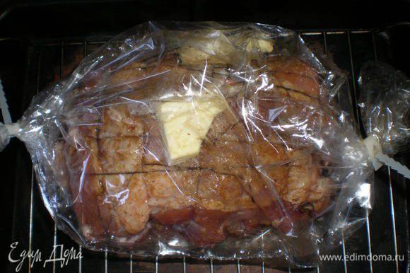 Вложила в пакет для выпекания , добавила 50 г сливочного масла. Поставила в духовку для выпекания на 2 часа, t - 180 градусов.