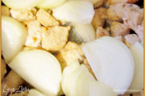 К курице добавить крупно нарезанный лук. Слегка обжарить.