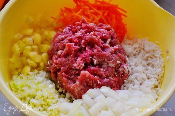 Перец и 1 луковицу режем кубиками, капусту измельчить в блендере или на терке или по желанию тонко нашинковать, 1 морковь на терку. Рис залить кипятком, проварить 5 мин., хорошо промыть. Добавить фарш и рис, посолить, поперчить, добавить яйцо и хорошо перемешать.