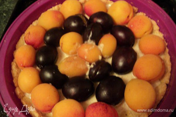 На песочную основу выложить немного франжипан, сверху уложить фрукты.