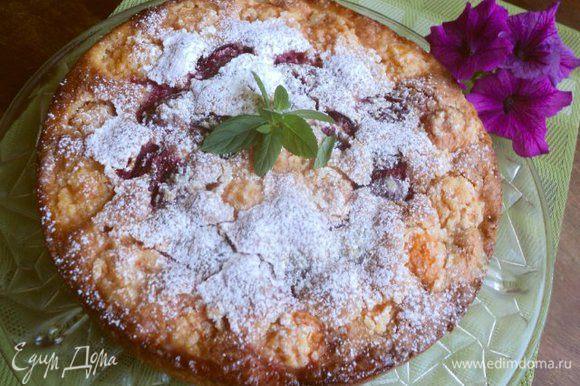 Готовый пирог охладить и посыпать сахарной пудрой.