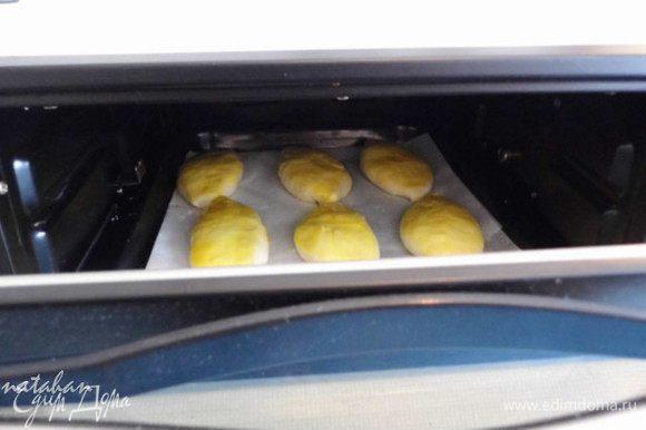 Противень ставим в приоткрытую духовку нагретую до 150* на 5-7 минут,..