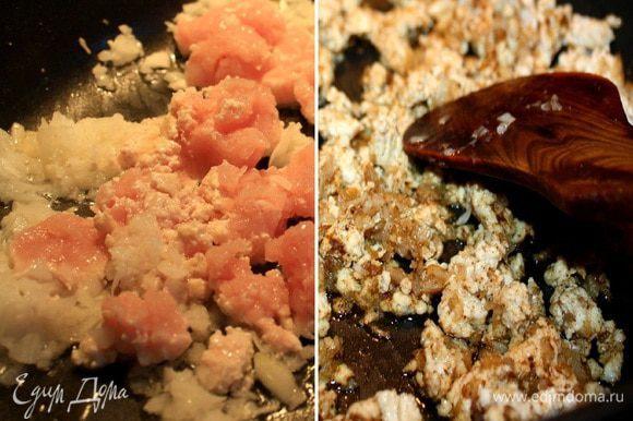 Фарш, чеснок и лук (я измельчаю все в блендере, но не в пюре) обжарить на растительном масле. Добавить растертые в ступке специи, посолить.