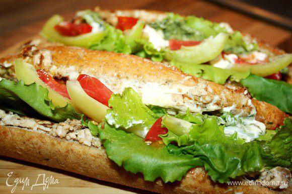 Готовые багеты смазать соусом, наполнить любимыми свежими овощами, а осенью или зимой - солениями. Для пикника удобней взять с собой готовые бутерброды, а овощами наполнить перед трапезой. Приятного аппетита!