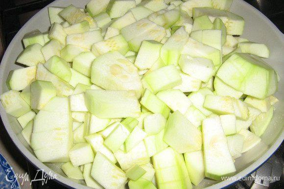 Снять с кабачков кожуру, вынуть крупные семена, порезать, обжарить на масле до полуготовности.