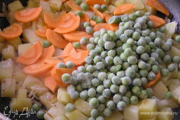 Всыпать зеленый горошек и морковь. обжаривать еще несколько минут,