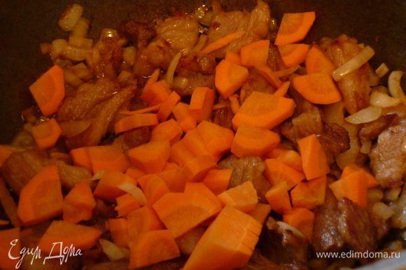 Лук нарезать мелким кубиком, морковь кусочками. Добавляем к обжаренной грудинке лук,помешивая, обжарим 2-3 минуты. Затем добавим морковь и еще обжарим 2-3 минуты.