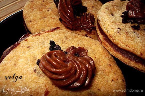 Оставшимся кремом украсить печенье.
