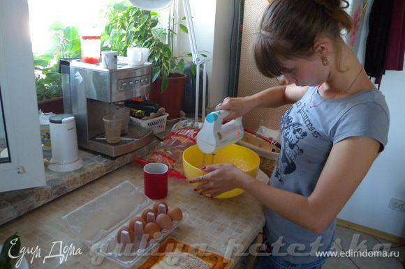 Взбить размягченное масло с сахаром, затем по одному добавлять яйца и взбивать до однородности. (на фото - подружка)