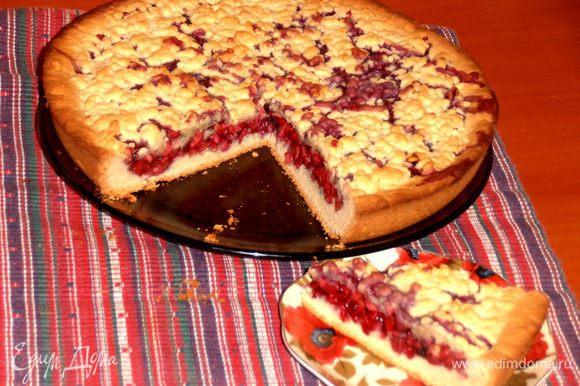 Разрезаем острым ножом нежный пирожок на удобные кусочки и пробуем с молоком или чаем!