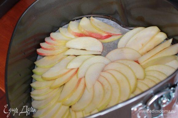 Яблоки очистить от кожуры, вырезать сердцевины, порезать тонкими дольками.