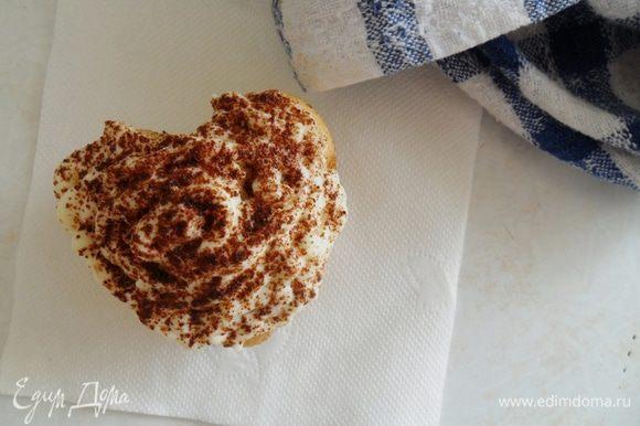 Готовые кексы пропитать ликером,остудить, покрыть кремом и посыпать какао. Для крема смешать все ингредиенты и охладить около 15 мин в холодильнике. Приятного аппетита!)