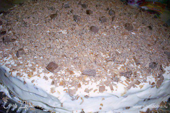 Смазать корж с застывшей шоколадной прослойкой кремом, сверху уложить второй корж прослойкой вверх. Осторожно, коржи влажные и легко деформируются. Удобно их перемешать с помощью двух лопаток. Снова крем, третий корж прослойкой вверх и крем. Верх украшаем натертым шоколадом (в оригинале) или по своему усмотрению. Оставляем торт в холодильнике пропитаться, если сможете выдержать, лучше до утра.