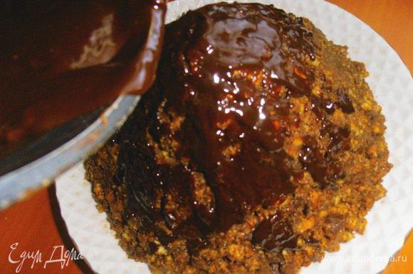 """Наливаем по чуть-чуть растопленный шоколад и размазываем ложкой по бокам горки-""""муравейника""""..."""