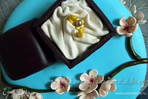 К колечку цепляем цветочек из мастики (тоже покрашенный) с бусинкой (сахарной). Наша главная достопримечательность :-)