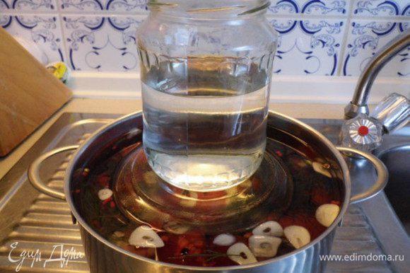 """Для """"груза"""" сверху на помидоры положить тарелочку, а на неё поставить банку с водой."""