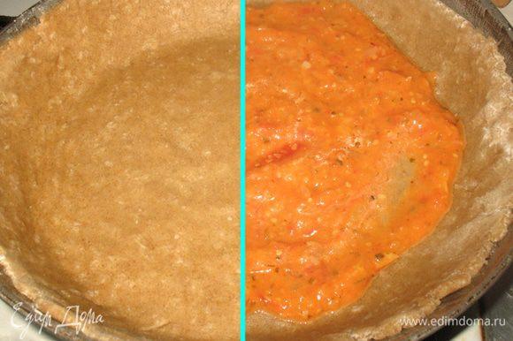 Раскатываем тесто в круг и выкладываем его в форму. Смазываем тесто соусом.