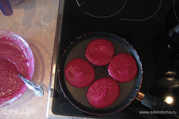 Сковороду смазываем раст. маслом и выпекаем блинчики на среднем огне по 1-2 минуты с каждой стороны. Я жарила на тефлоновой сковороде и смазывала ее только перед первой партией