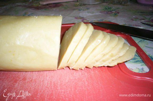 Режем нашу колбаску на кусочки толщиной около 2 милиметров. Выкладываем на противень, застеленный бумагой. Выпекаем в разогретой до 200 градусов духовке 10-15минут. Далеко не отходите, печенье может сгореть. Если видите, что краешки печенек сильно зарумянились, можно вынимать.