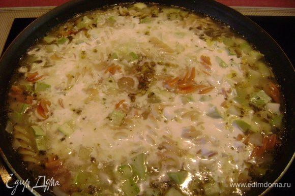 Вылить сливочную смесь в сковороду и, помешивая, довести до кипения.