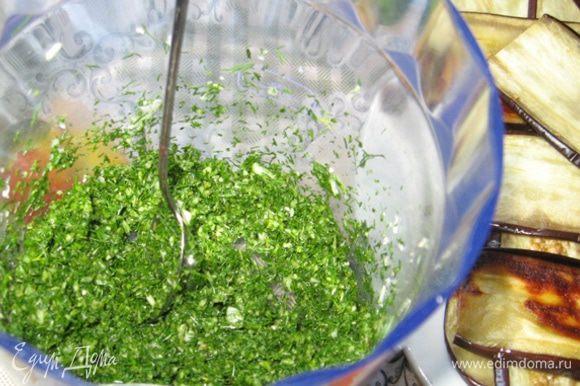 Чеснок и зелень измельчите в блендере или мелко порубите.