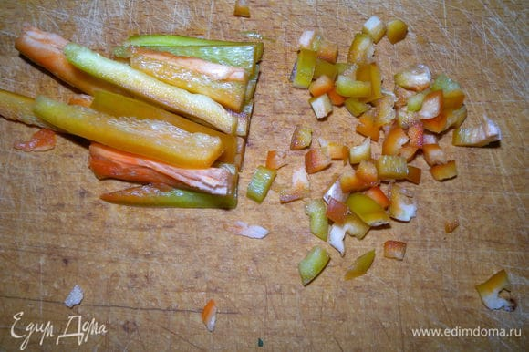 Добавить чеснок подавленный. Я еще иногда добавляю готовый соус тартар (рецепт есть на сайте), маринованный лук или жареный лук. Можно добавить соевого соуса или табаско. Порезать болгарский красный перец на маленькие кубики.