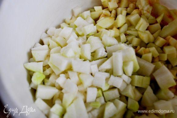 Кольраби очистить,так же нарезать мелкими кубиками.Положить в чашку с яблоками