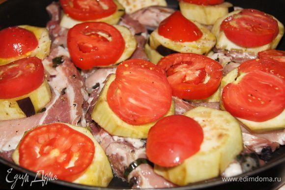 Выкладываем на противень кусочки мяса, а на них баклажаны и сверху помидоры.