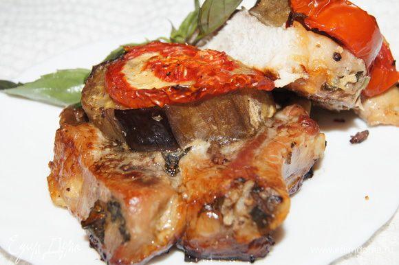 Ставим в разогретую духовку 200-220 градусов.примерно на час. Мясо замаринованное кашицей из лука получается очень сочным.