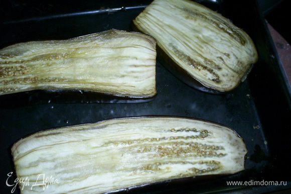 Теперь займемся начинкой. Баклажаны помыть, разрезать вдоль на половинки, срезы смазать растительным маслом и запечь в разогретой духовке при 200 градусах 20-30 минут.