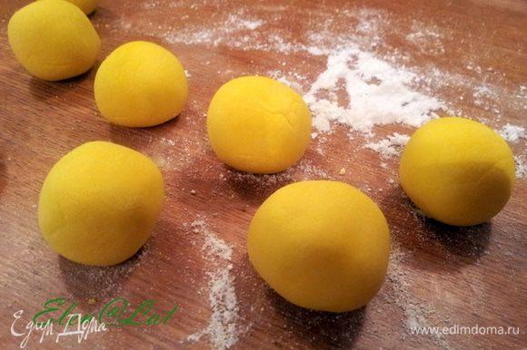 Теперь делаем лимончики. у меня мастика желатиновая + мармышковая. Из желтой мастики катаем шарики.