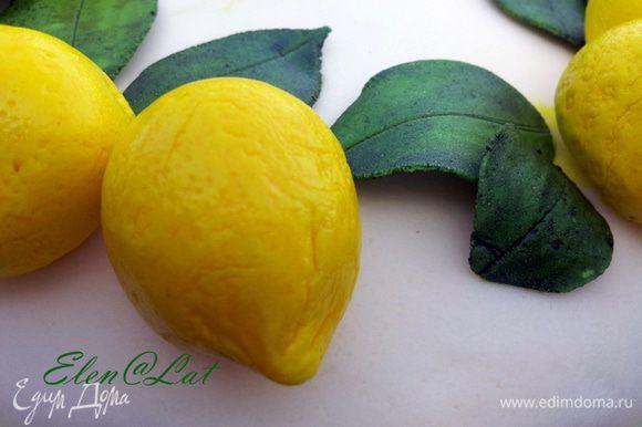 Все, когда лепесточки подсохнут их можно покрыть сверху еще зеленой краской, чтоб они были потемнее. Теперь украшаем торт лимончиками и в все. Лимонный торт готов.