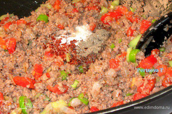Добавить соль, черный,красный перец перемешать и снять с огня.