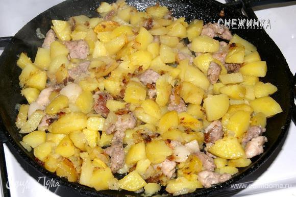 Затем кладем картофель, жарим, прикрыв крышкой, до готовности, периодически помешивая.