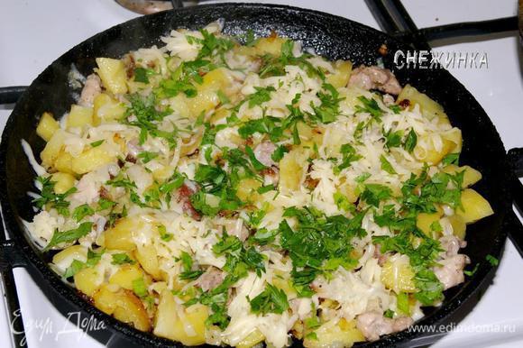 Сыр натираем на тёрке, петрушку измельчаем. Посыпаем сыром и петрушкой содержимое сковороды.