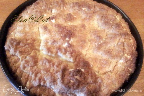 Выпекать пирог в заранее разогретой до 180С духовке, примерно 50 минут. Если очень быстро сверху образуется румяная корочка, то накройте пирог фольгой.