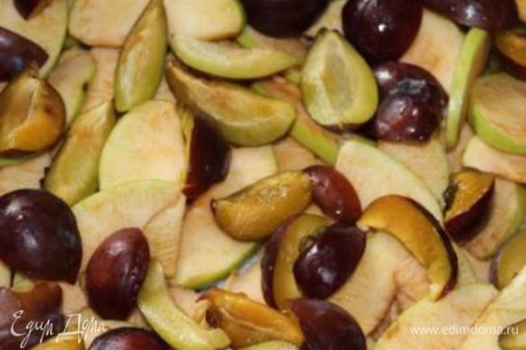 Нарезать дольками фрукты, ягоды. Выложить на сахар. Здесь яблоки-сливы.